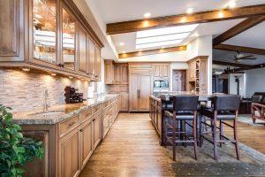 Kuchnia z meblami drewnianymi