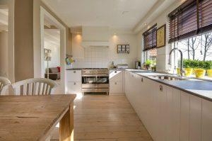Pomieszczenie z drewnianymi meblami